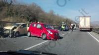 incidente-tra-due-auto-e-un-camion