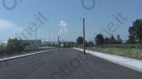 strada-aperta-con-pali-al-centro-della-carreggiata