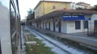 vandali-distruggono-i-vetri-della-biglietteria-della-stazione