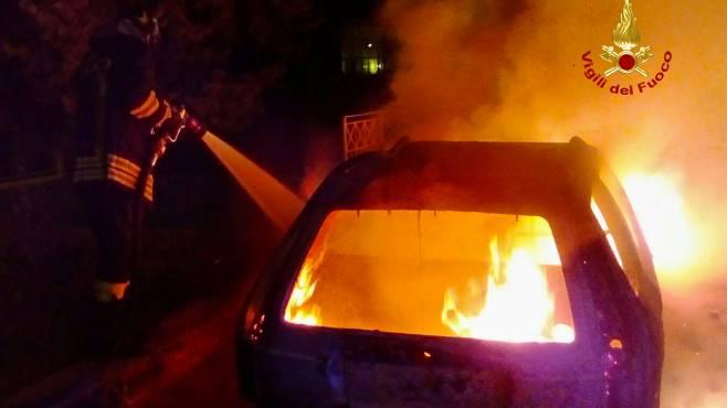 giallo a taurano auto brucia nella notte in via capulla