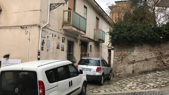 Omicidio-suicidio a Padula: si getta dal balcone con il bimbo