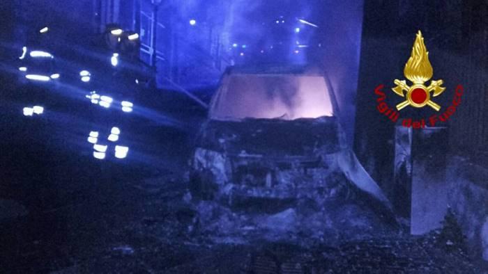 foto alba di fuoco e fumo a taurano brucia l auto e giallo