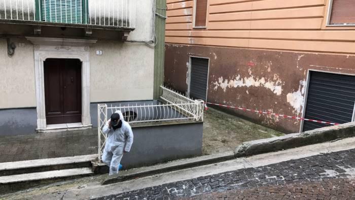 Omicidio-suicidio nel Salernitano, si getta dal balcone con il figlio