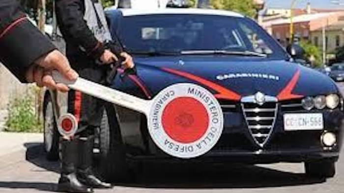si fermano all alt aggrediscono i carabinieri e scappano