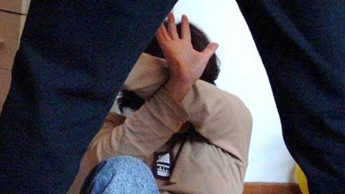 Donna picchiata violentemente dal compagno di fronte ai suoi cinque figli