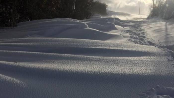 foto impressionante la neve a greci comune ancora isolato