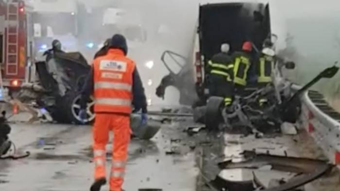 jaguar contro furgone 3 morti carbonizzati tra le lamiere