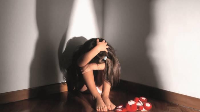abusi su una minore comune riconosciuto parte lesa