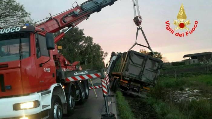 Incidente in A2 a Contursi Terme, camion si ribalta: morto il conducente