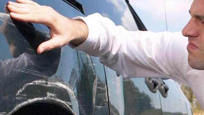 rissa furibonda per un graffio sull auto quattro arresti