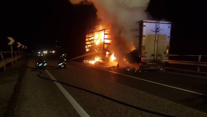 camion in fiamme distrutti motori per barche e motociclette