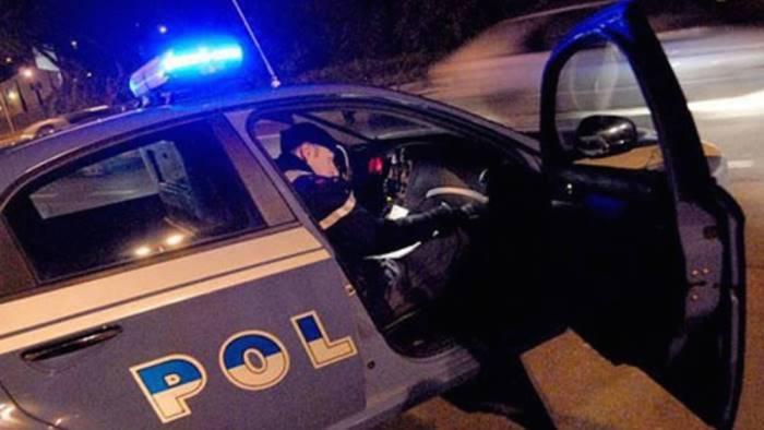 urla e inveisce contro i poliziotti poi tenta la fuga