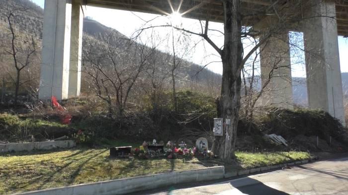 rabbia e preghiera in fondo al viadotto della morte