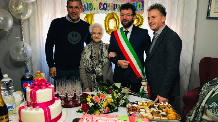 ecco nonna maria 102 anni e la donna piu longeva di acerra