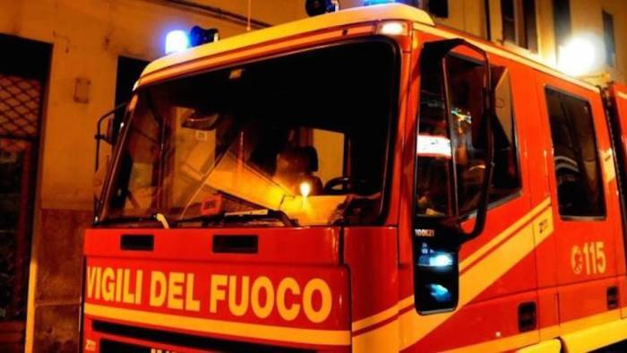 fiamme e paura in un palazzo a casalnuovo inquilini evacuati