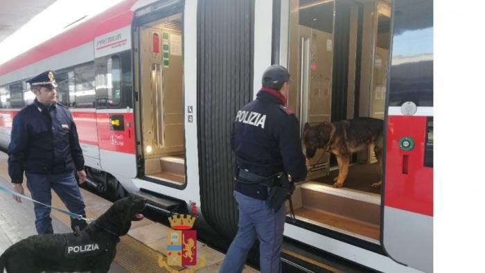 misure di vigilanza rigide nelle stazioni e sui treni