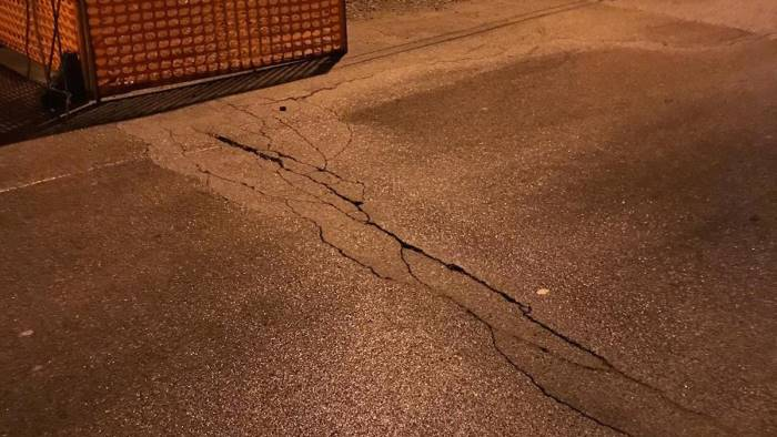 spaccatura sulla carreggiata chiusa la strada