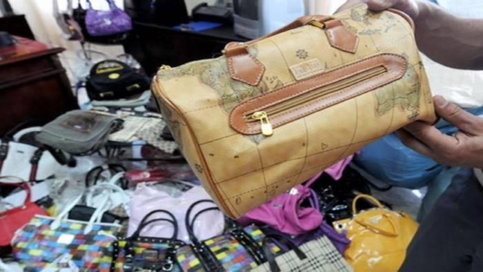 borse e scarpe contraffatte denunciati 4 extracomunitari