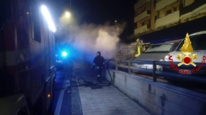 auto in fiamme e crollo di un rudere nella notte