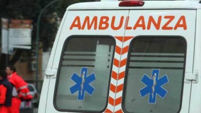 violento scontro auto si ribalta donna intrappolata