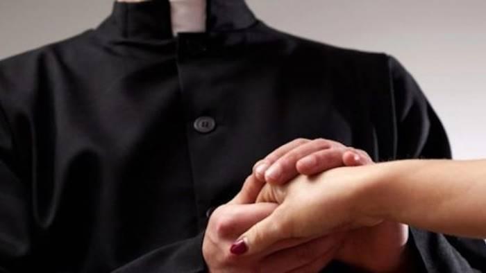 sesso e schiavitu con le fedeli a giudizio pastore evangelico