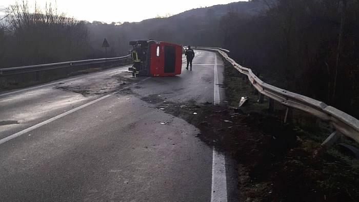 incidente sull ofantina furgone si ribalta giovane ferito
