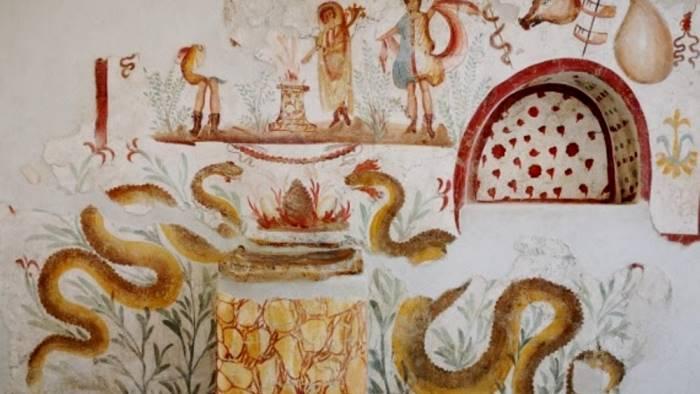 il larario con i suoi affreschi in esposizione al matt