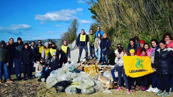 pollica spiaggia invasa dai rifiuti volontari la ripuliscono