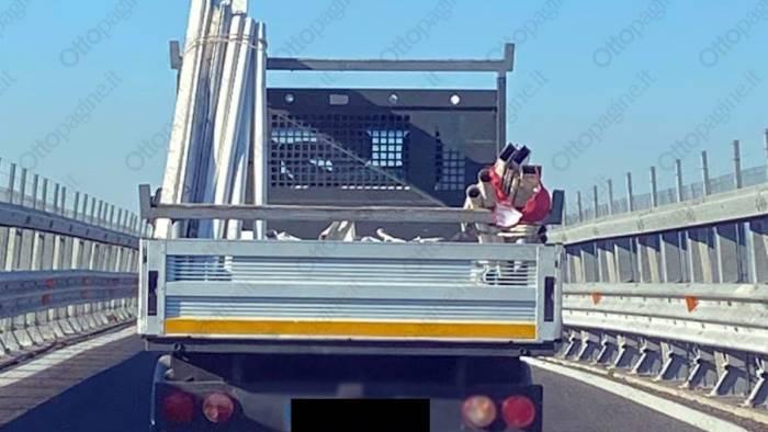 reggiseno per segnalare carichi sporgenti su un camioncino