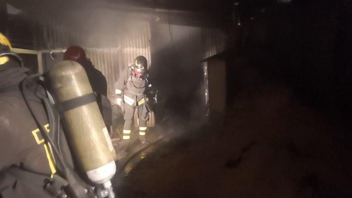 incendio distrugge depositi con macchina moto ed utensili