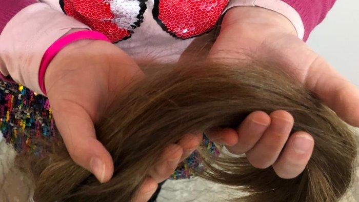 dona ciocca di capelli per le donne che lottano contro cancro