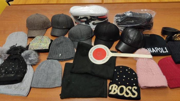 vende cappelli e scarpe abusivamente scappa e abbandona merce