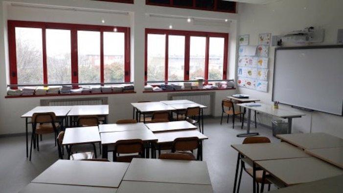 covid troppi contagi tensione in paese chiudiamo le scuole