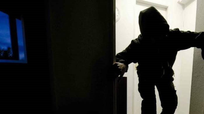 sorprende ladri in casa ragazzino ferito dai banditi in fuga