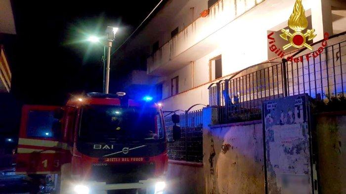 fiamme in un abitazione famiglia evacuata