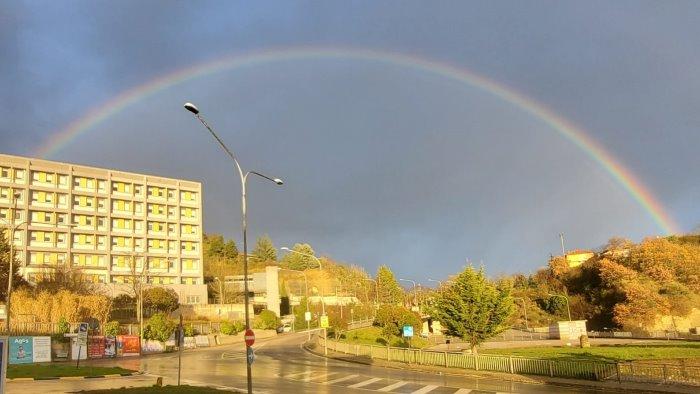 un arcobaleno di speranza colora il frangipane ad ariano