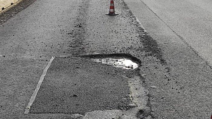 tragedia sfiorata per colpa di una buca in autostrada
