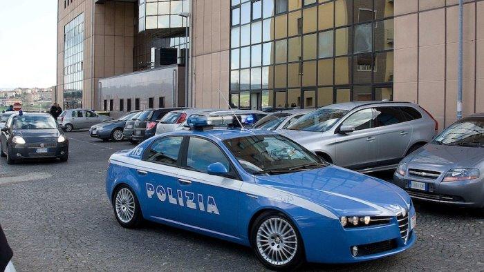 lo ferma la polizia lancia la droga dal finestrino dell auto