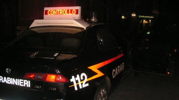 con una zappa minaccia un vicino e i carabinieri arrestato