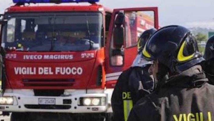 incendio in una casa donna perde i sensi salvata