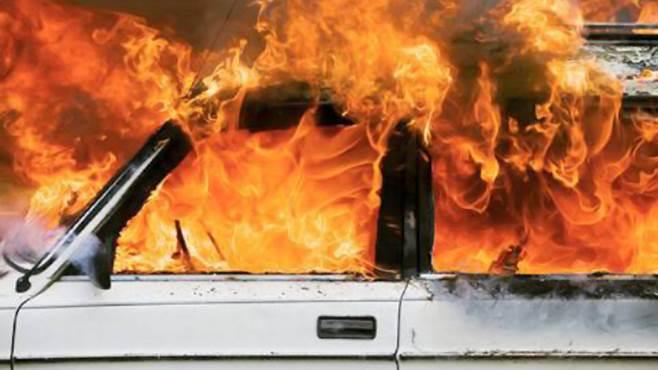 taurano a fuoco auto in via trivio torna il piromane