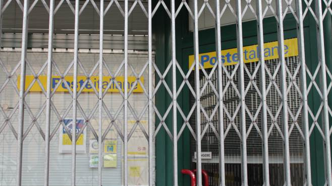uffici postali chiusi da 10 giorni esplode la rivolta a greci