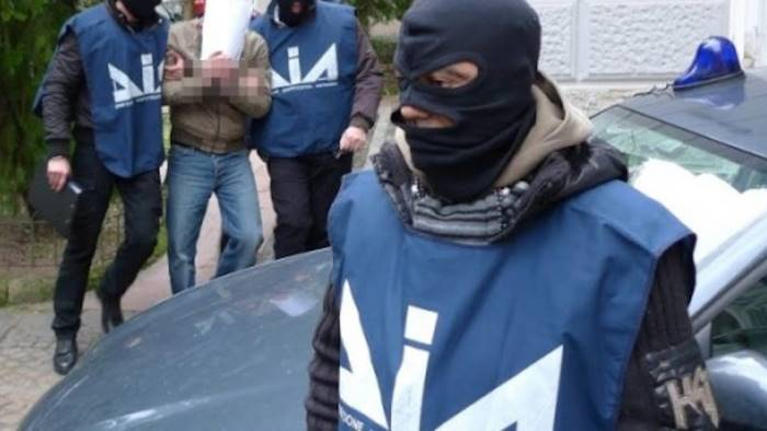 Blitz dei carabinieri, oltre venti arresti nel clan Falanga