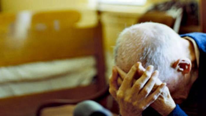 Maltrattano anziani in una casa di cura: coinvolte 18 persone