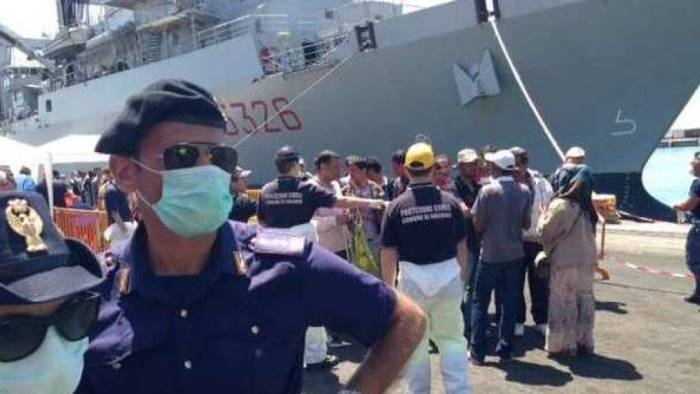 Migranti, in 463 sbarcano nel porto di Napoli