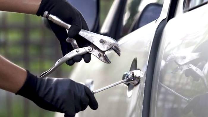 Rubano olive e speronano auto dei Carabinieri, cinque arresti ad Andria