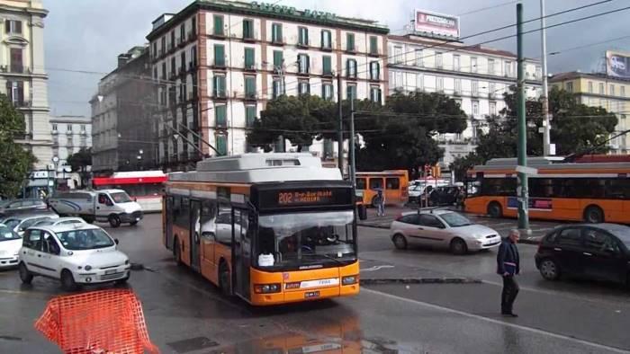 Follia a Napoli, pedone inveisce contro autista bus e lo accoltella