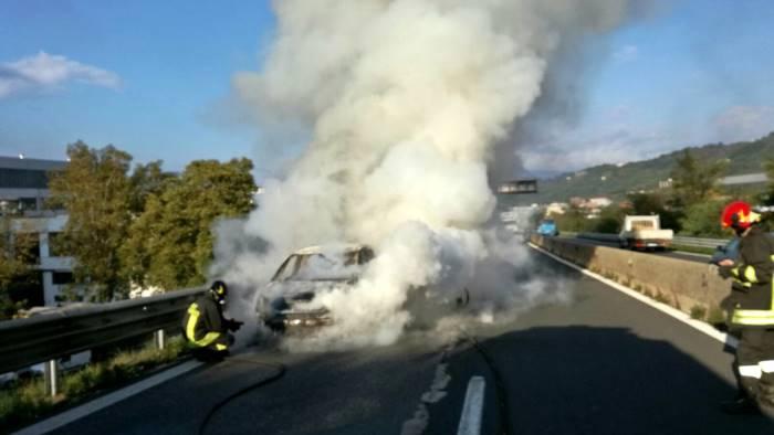Raccordo Salerno - Avellino, un'automobile in fiamme crea scompiglio