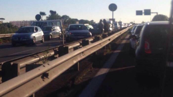 Panico a Pomigliano, anziano percorre in bici la Ss162: salvato dai poliziotti