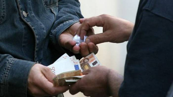 vende droga ai ragazzini arrestato gambiano